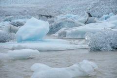 Голубые айсберги в лагуне ледника, Jokulsarlon, Исландии Стоковая Фотография RF