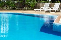 Голубые бассейн и sunloungers Стоковое Изображение