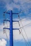 Голубые башня и линии электропередач передачи стоковая фотография