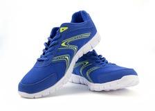 Голубые ботинки спорта на предпосылке белизны (отсутствие имени, отсутствие brande, сделанного внутри Стоковые Изображения RF