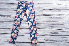 Голубые брюки с картиной цветка Стоковое Изображение