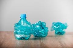 голубые бутылки пластичные Стоковые Изображения
