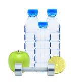 Голубые бутылки с водой, покрытые хромом гантели фитнеса, известка Стоковые Фотографии RF