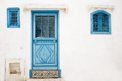 Голубые двери, окно и белая стена здания в Sidi Bou сказали Стоковое Фото