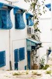 Голубые двери, окно и белая стена здания в Sidi Bou сказали Стоковое Изображение RF