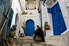Голубые двери, окно и белая стена здания в Sidi Bou сказали Стоковое Изображение