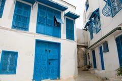 Голубые двери, окно и белая стена здания в Sidi Bou сказали Стоковые Фото