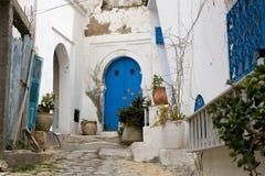 Голубые двери, окно и белая стена здания в Sidi Bou сказали Стоковое фото RF