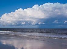 Голубые волны моря, пляжа и голубого неба, пляжа Северного моря, Фрисландии, Нидерландов Стоковые Фото