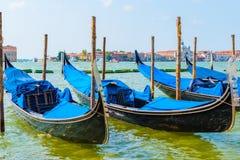 Голубые гондолы причаленные в Венеции, Италии Стоковая Фотография RF