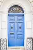 Голубые деревянные двери с черными Knockers металла Стоковые Изображения RF