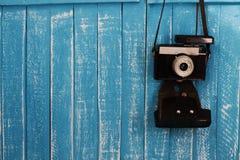 Голубые деревянные предпосылка фона и камера года сбора винограда Стоковое Изображение