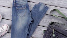 Голубые джинсы и белые ботинки сток-видео