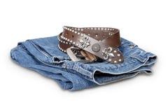 Голубые джинсы и кожаный пояс стоковое изображение