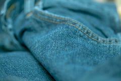 Голубые джинсы сшитые с белым потоком Стоковое Изображение