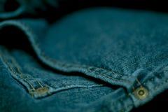 Голубые джинсы сшитые с белым потоком Стоковое Изображение RF