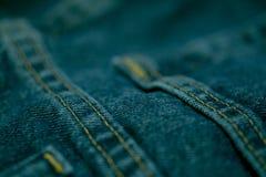 Голубые джинсы сшитые с белым потоком Стоковая Фотография RF
