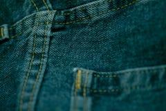 Голубые джинсы сшитые с белым потоком Стоковое Фото