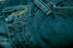 Голубые джинсы сшитые с белым потоком Стоковое фото RF