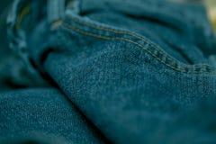 Голубые джинсы сшитые с белым потоком Стоковые Фото