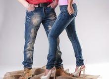Голубые джинсы для людей и женщин Стоковое Изображение RF