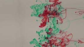Голубые, зеленые, желтые и красные чернила в воде сток-видео