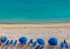 Голубые зонтики и голубое море - Греция, остров лефкас стоковое изображение rf