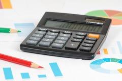 Голубые диаграммы в виде вертикальных полос с калькулятором и карандашами 2 Стоковые Фотографии RF