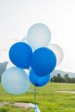 Голубые и белые воздушные шары партии Стоковые Изображения