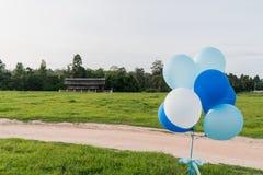 Голубые и белые воздушные шары партии Стоковые Фотографии RF