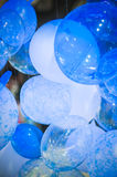 Голубые и белые воздушные шары Стоковые Фото