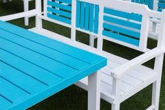 Голубые и белые деревянные стул и таблица Стоковое Изображение RF