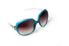 Голубые и желтые солнечные очки на белой предпосылке Стоковые Изображения