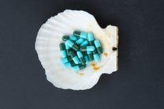 Голубые и зеленые капсулы, антибиотик медицины Стоковые Изображения RF
