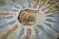 Голубые и коричневые бумажные деньги в значении 50 и 100 русских рублей формируя форму круга Стоковое Изображение