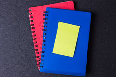 Голубые и красные блокноты на спирали с стикером стоковое изображение rf