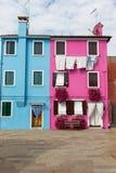 Голубые и розовые дома в острове Италии Burano Стоковое Изображение RF