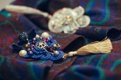 Голубые и серебряные фибулы Стоковые Изображения RF