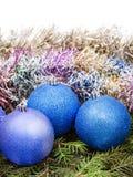 Голубые и фиолетовые украшения Xtmas на ветви дерева Стоковое Изображение