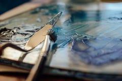 Голубые краски, паллет и щетка стоковое фото rf