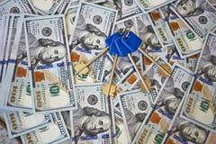 Голубые ключи против долларов Стоковое фото RF