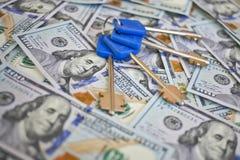 Голубые ключи против долларов Стоковое Изображение