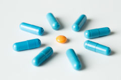 Голубые медицинские пилюльки и картина капсул на белой предпосылке Плоское положение, взгляд сверху Стоковая Фотография RF