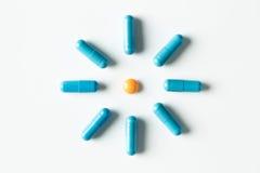 Голубые медицинские пилюльки и картина капсул на белой предпосылке Плоское положение, взгляд сверху Стоковые Фото