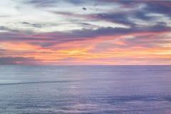 Голубые море или океан во время предпосылки захода солнца Стоковые Изображения