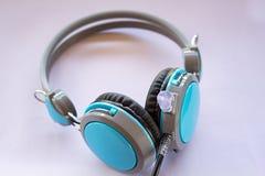 Голубые наушники на белой предпосылке Стоковое фото RF