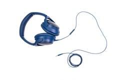 Голубые наушники с кабелем стоковые фото