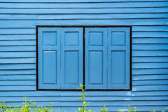 Голубые окна на старой деревянной стене Стоковые Изображения RF