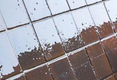 Голубые отражения и Grunge на влажных rRed плитках Стоковое фото RF
