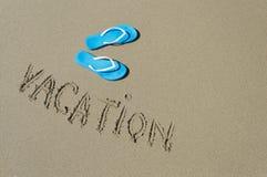 Голубые пары тапочек на береге моря Стоковые Изображения